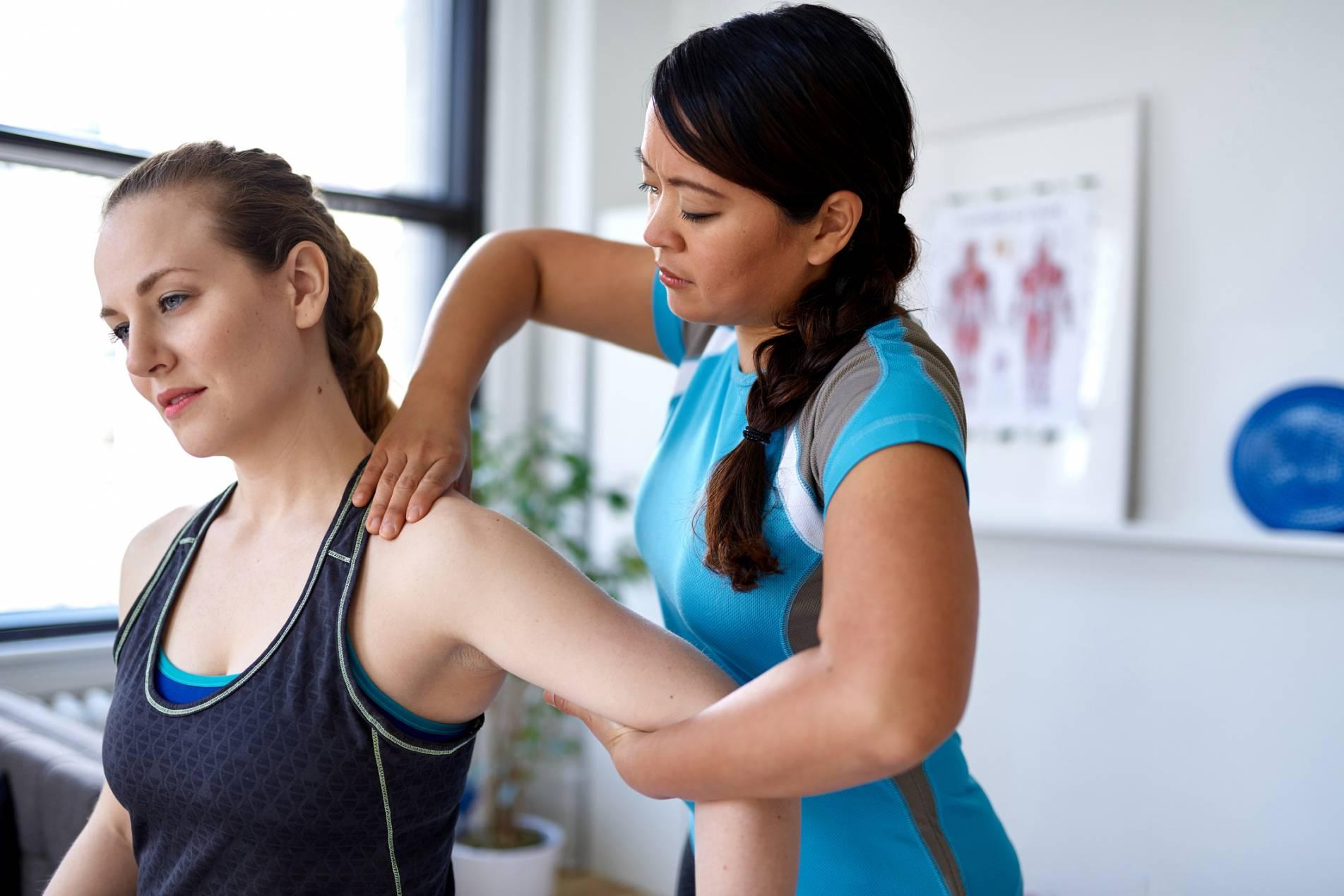 Ostéopathe qui traite une tendinite de l'épaule