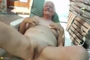 Grand-mère de 77 ans se masturbe sur son transat