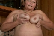 Grosse mamie fait pipi dans sa cuisine