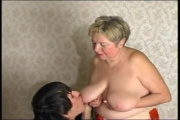 Grand-mère russe offre ses gros seins à un pervers