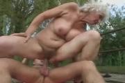 Un jeune encule une grand-mère sexy dans la nature