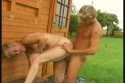 Un jeune ouvrier baise sa patronne dans le jardin