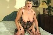 Une grand-mère s'amuse avec un type de 40 ans