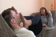 Petit massage facial avec les pieds, ceux d'une jolie brunette