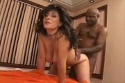 Une mature brésilienne défoncée par son amant black