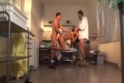 Ces deux doc vont démonter l'infirmière aux seins refaits en double pénétration