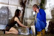 Femme coquine baise avec le jardinier sur ce site porno