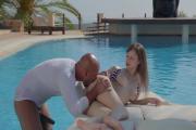 Porno dans une piscine pour cette jeune femme !