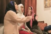 Porno arabe voile : Ces femmes arabes invitent des mecs pour partouzer