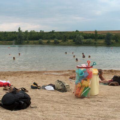 La plage du lac de Bairon en été