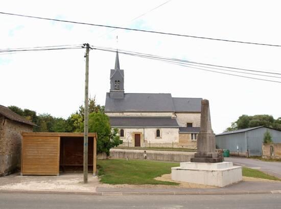 Église et monument aux morts de Saint-Pierre-à-Arnes