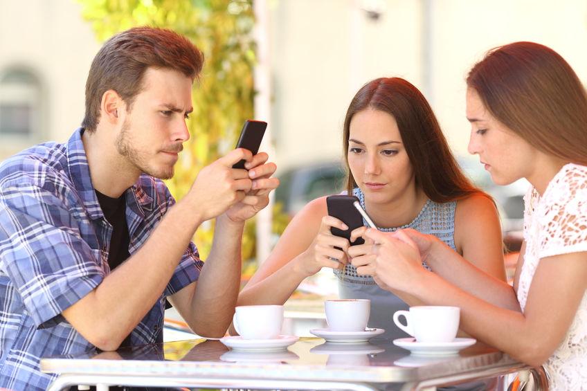 groupe de personne utilisant un smartphone