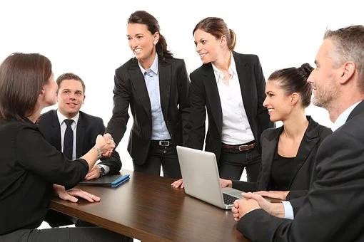 collaborateur se serrant la main