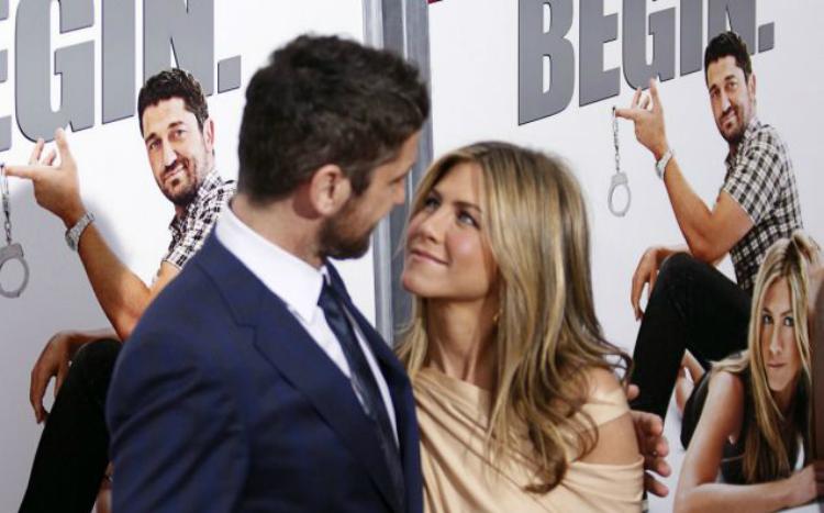 O Gerard Butler λέει ότι η Jennifer Aniston φιλάει καλύτερα από την Angelina Jolie