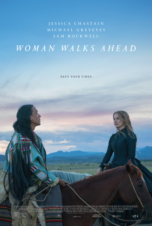 Μια γυναίκα προχωράει μπροστά