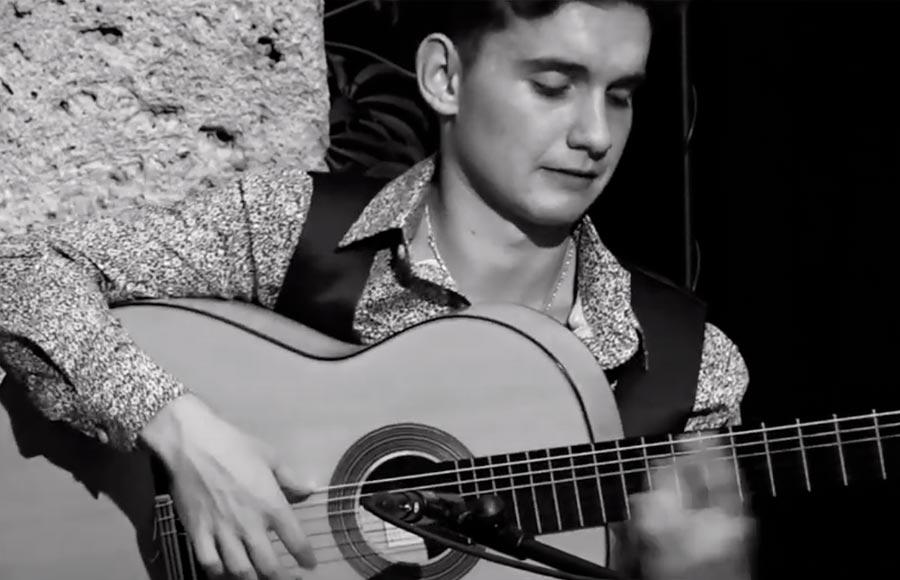 Manuel Cerpa interpreta unos tangos en la Corrala de Santiago