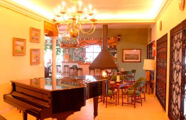Piano Bar. Hotel Al Sur colabora en muchas de las manifestaciones artísticas de la localidad.