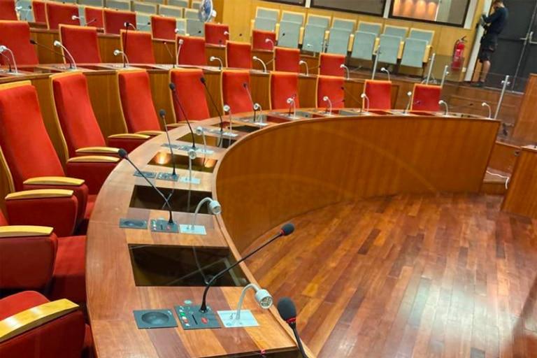 Liquide antimicrobien salle plénière assemblée Guyane