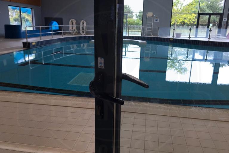Film antimicrobien poignée piscine Pays Bigouden Sud