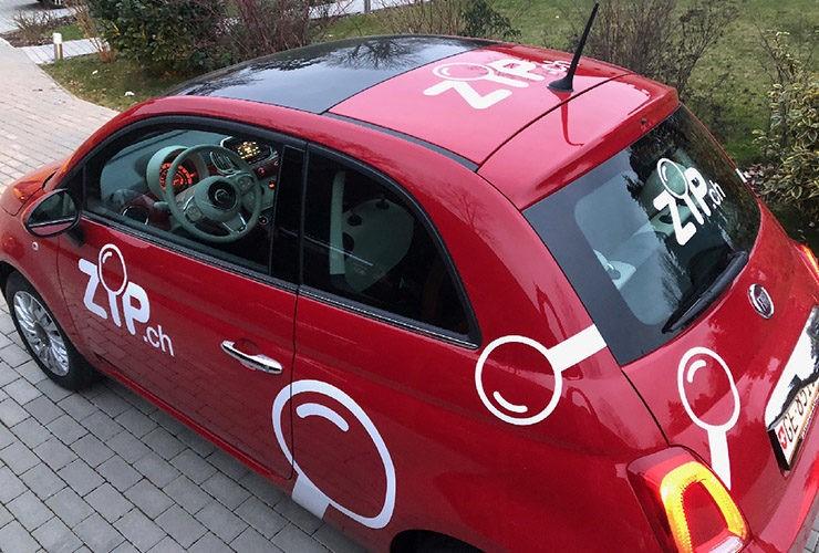 voiture rouge avec de la pub