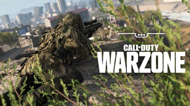 Francotirador apuntando en Warzone.