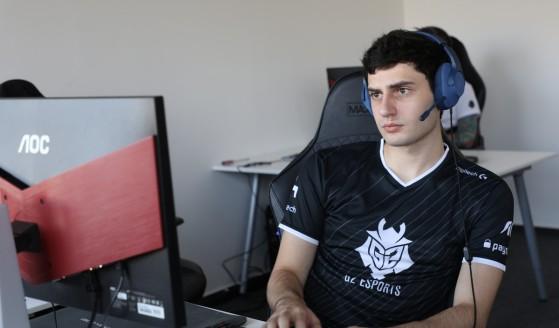 Mixwell vistiendo la camiseta de G2 antes de volver como jugador de Valorant