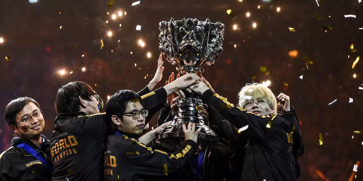 Les joueurs de FPX lèvent le trophée des Worlds