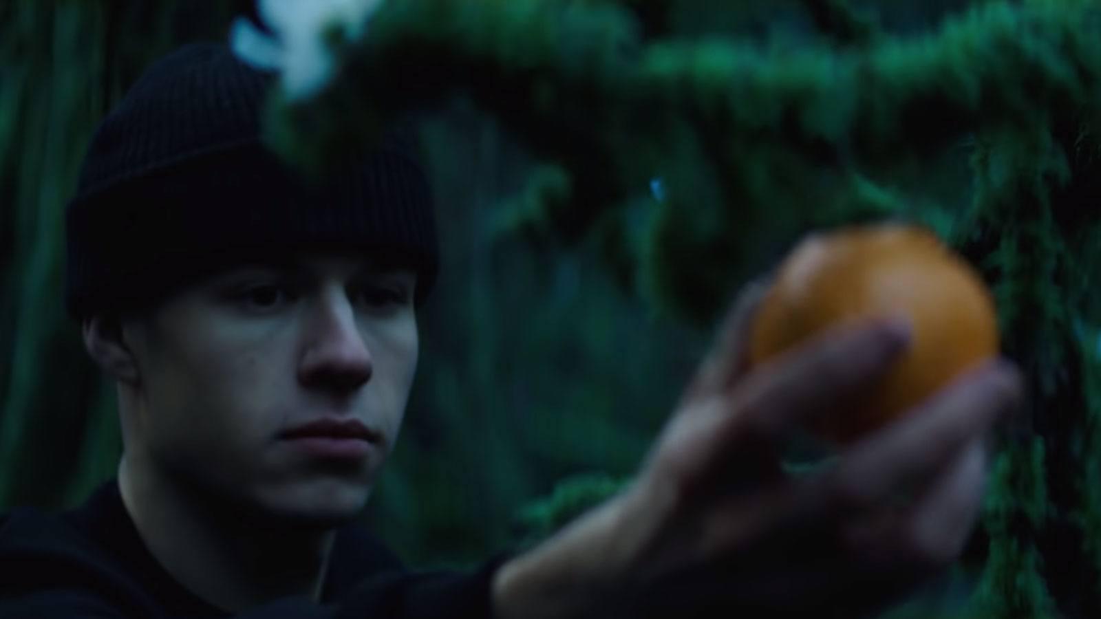 SEB ramasse une madarine dans son clip de rap Taedium