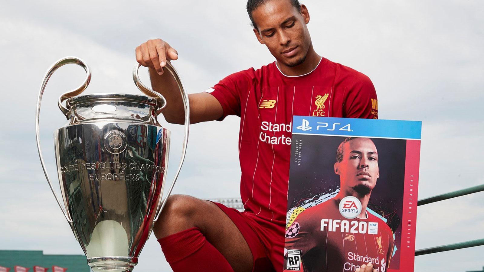 Virgil Van Dijk tenant une affiche FIFA 20