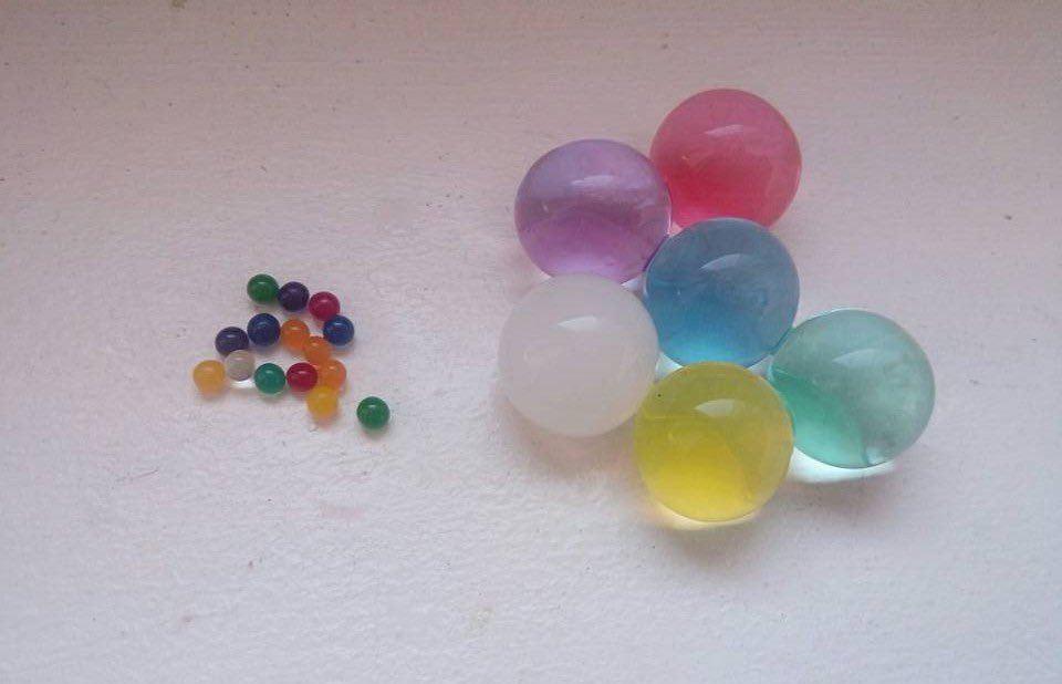 Comparaison entre perles d'eau avant et après contact de l'eau