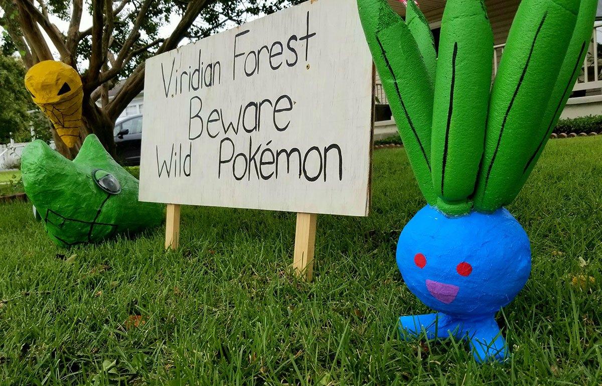 Un jardin décoré avec des sculptures Pokémon