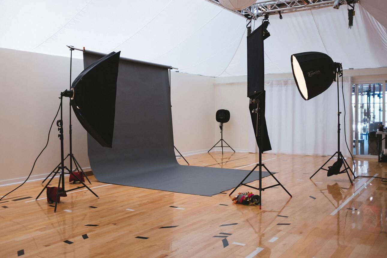 Visite_d_un_studio_de_création_de_Seattle_en_noir_et_blanc_moderne_coco_kelley