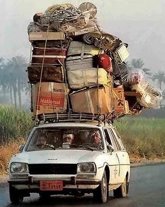 Voiture surchargée de Valise, déménagement