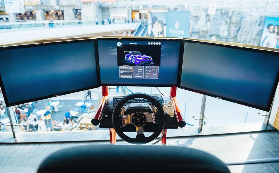 Postazione con Triplo Monitor e Volante da Gaming