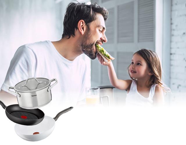 Un homme et sa fille mangent un repas mobile