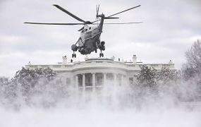Marine One in een besneeuwde tuin van het Witte Huis