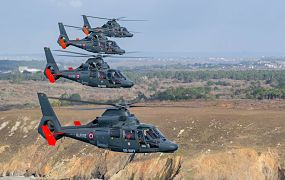 Formatievlucht van 4 Franse Marinehelikopters van NHV