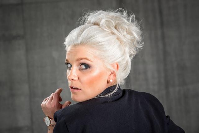 femme avec cheveux brillant
