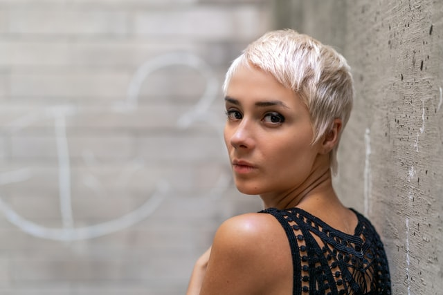 femme avec cheveux courte
