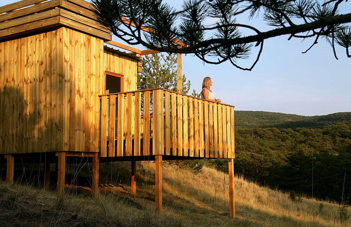 cabane avec femme sur la terrasse