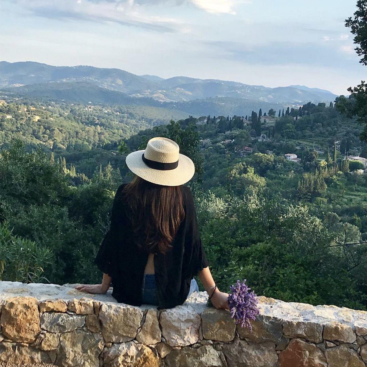 femme regardant la vallée