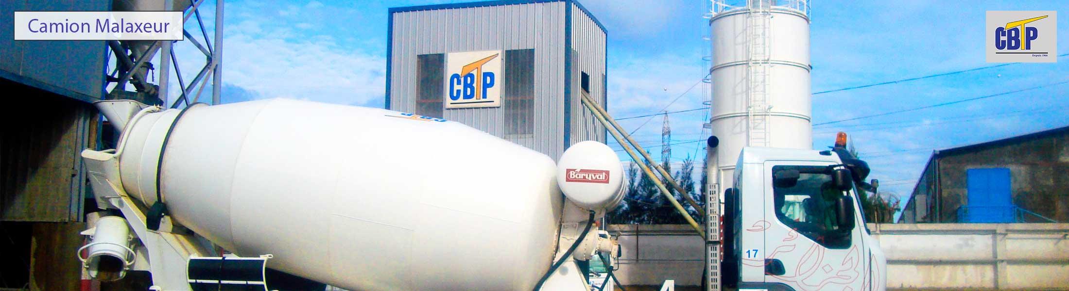 Camion transport béton prêt à l'emploi sorti de la centrale à béton, avec le logo de CBTP bien distinct