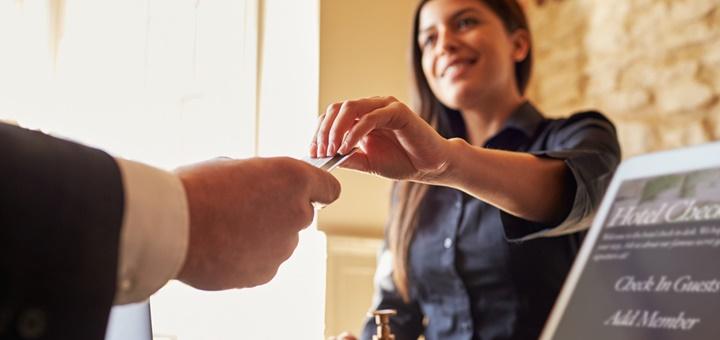 ¿Qué formación necesita un recepcionista de hotel?