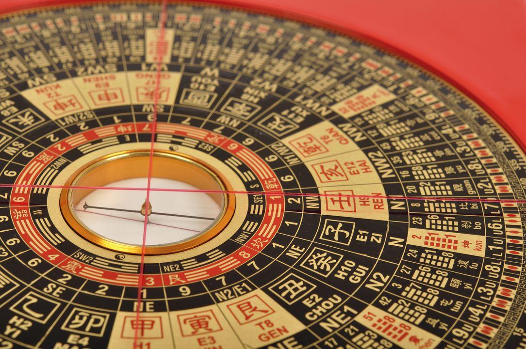 ...Feng Shui kompas om daarmee te helpen
