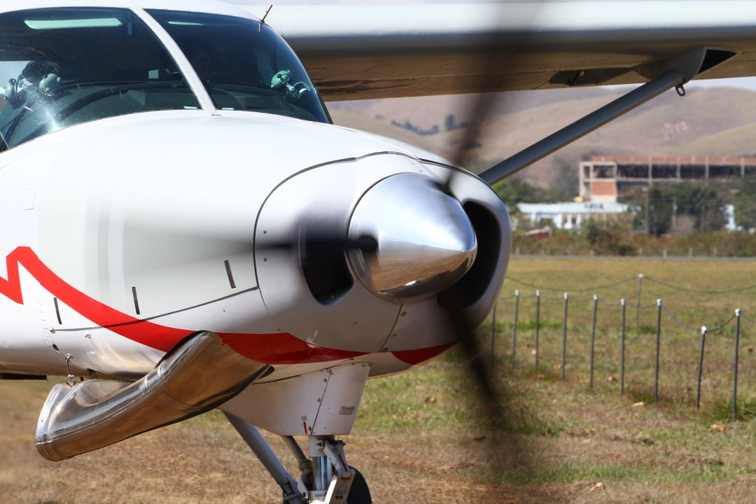 Meestal met een licht transportvliegtuig