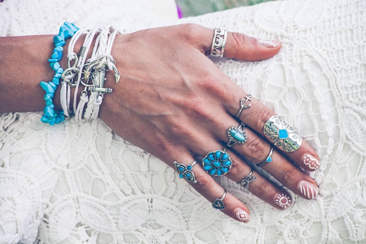 accumulation de bagues; bijoux fantaisie