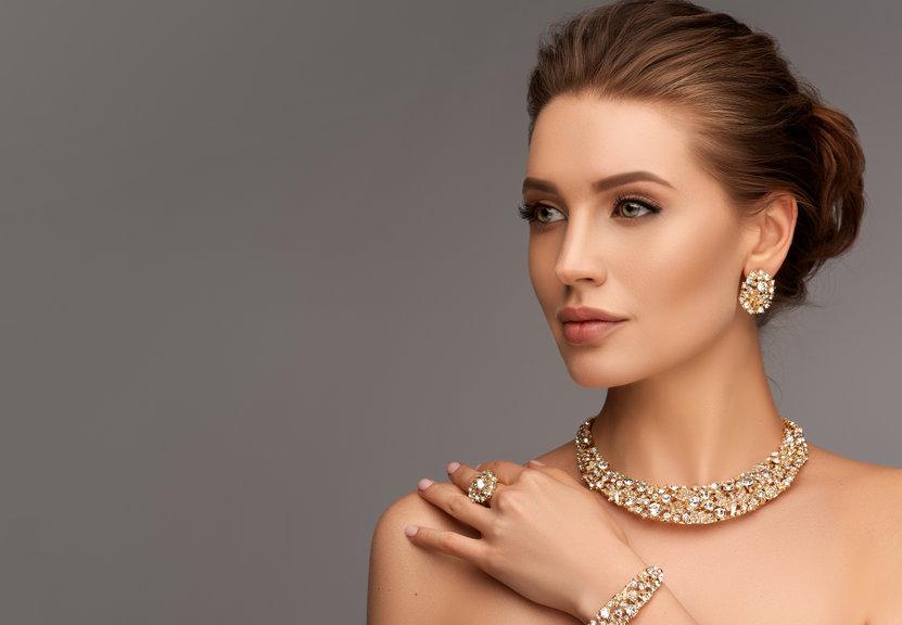 femme avec bijoux tendance