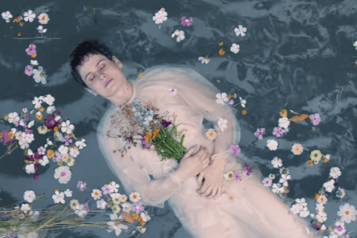 Christine And The Queens Sort Un Clip Superbe Pour « Comme Si »