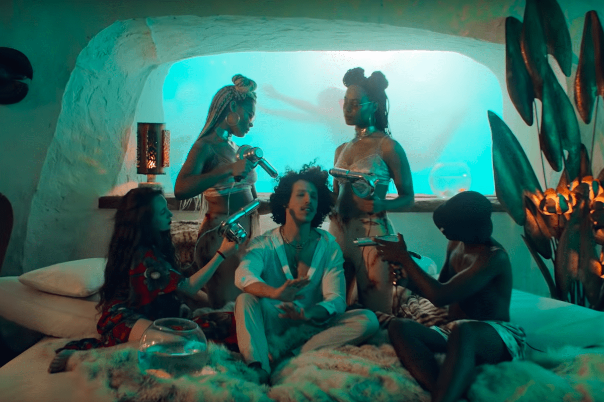 Rilès Se Jette à L'eau Pour Le Clip De « Myself N The Sea »