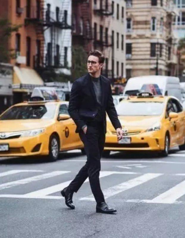 homme passant une route